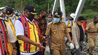 Bupati Kabupaten Seram Bagian Barat M.Yasin Payapo saat mendampingi Wakil Menteri PUPR John Wempi Wetimpo meninjau jembatan Waikaka. Selasa 28 Juli 2020.