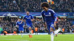 Pemain Chelsea  Willian merayakan gol ke gawang Dynamo Kiev pada lanjutan Liga Champion Grup G di Stadion Stamford Bridge, London, Rabu (4/11/2015) dini hari. Chelsea memang 2-1.  (AFP PHOTO / Glyn Kirk)