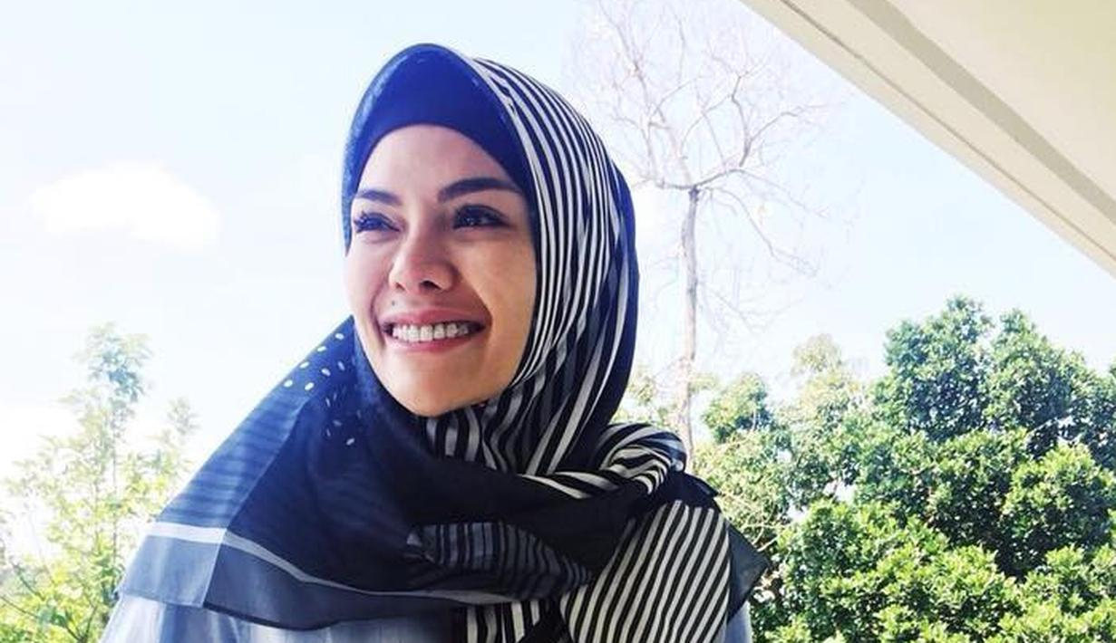 Setelah banyak dipuji lantaran berhijab, Nikita Mirzani diterpa kabar soal hubungannya dengan Dipo Latief. Bahkan, belum lama ini Niki mengajukan isbat nikah dan gugatan cerai ke Pengadilan Agama Jakarta Selatan. (Instagram/nikitamirzanimawardi_17)