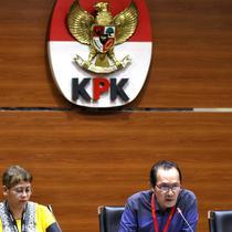 Wakil Ketua KPK Saut Situmorang memberi keterangan pers terkait OTT Direktur Teknologi PTKrakatau Steel, Wisnu Kuncoro pengadaan barang dan jasa tahun 2019 di Gedung KPK, Jakarta, Sabtu (23/3). KPK menangkap 4 tersangka dengan barang bukti uang senilai Rp 20 juta. (Liputan6.com/Johan Tallo)