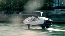 """Kendaraan Sea Bubble alias """"taksi terbang"""" berlayar di sungai Seine selama percobaan di Paris, Senin (16/9/2019). Kapal ini menggunakan teknologi baterai listrik (2.685 kWh) sebagai tenaga penggeraknya sehingga emisi gas buang yang dihasilkan minimal.  (Photo by Martin BUREAU / AFP)"""