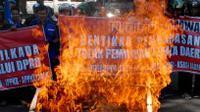 Pengunjuk rasa dari Gerakan Rakyat Untuk Pilkada Langsung (Gerpala) membakar keranda sebagai simbol matinya demokrasi di depan gedung DPRD Jabar, Bandung, Jawa Barat, Rabu (10/9/2014). (Antara/Agus Bebeng)