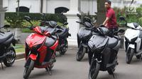 Paspampres tengah memarkirkan motor Gesits di Halaman Istana Merdeka, Jakarta, Rabu (7/11).Motor listrik Gesits buatan Indonesia ini akan diproduksi massal pada November 2018. (Liputan6.com/Angga Yuniar)