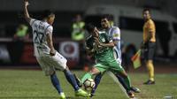 Striker PSMS, Suhandi, berebut bola dengan bek PSIS, Safrudin Tahar, pada laga semifinal Liga 2 2017 di Stadion GBLA, Bandung, Sabtu (25/11/2017). PSMS menang 2-0 atas PSIS. (Bola.com/Vitalis Yogi Trisna)