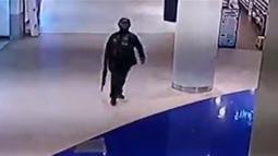 Rekaman CCTV menunjukkan tentara Thailand Jakrapanth Thomma berjalan sambil membawa senjata di mal Terminal 21, Nakhon Ratchasima, Thailand, Sabtu (8/2/2020). Hingga siang ini, korban dilaporkan berjumlah 57 orang. (MCOT/MCOT Public Company Limited/AFP)