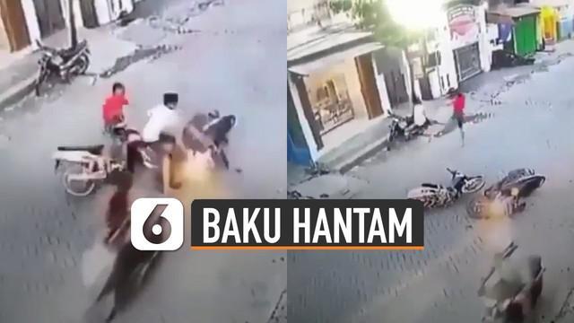Terekam kamera cctv dua pengendara motor adu banteng dan akhirnya baku hantam di jalan.