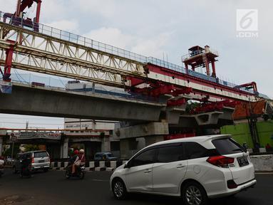 Suasana proyek pembangunan Double-Double Trek (DDT) jalur kereta api di Jatinegara, Jakarta, Kamis (31/1). Pembangunan double track dilakukan sepanjang 35 kilometer dari Stasiun Manggarai, Jatinegara dan Cikarang. (Merdeka.com/Imam Buhori)