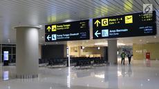 Petugas mengecek kesiapan ruang tunggu Bandara Internasional Yogyakarta, Kulon Progo, DI Yogyakarta, Selasa (23/4). Menurut rencana, khusus Bandara Internasional Yogyakarta ini akan mulai beroperasi pada 29 April mendatang. (Liputan6.com/Helmi Fithriansyah)