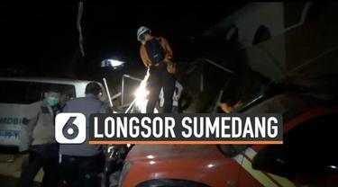 Bencana longsor menimpa daerah Cihanjuang Sumedang Jawa Barat hari Sabtu (9/1). Tim SAR temukan sedikitnya 11 warga yang meninggal dunia akibat tertimpa materi longsor.