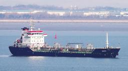 Kapal tanker berbendera Panama, KOTI di perairan Pelabuhan Pyeongtaek, Korea Selatan, (1/1). Kapal tanker berkapasitas 5.100 ton minyak tersebut belum diketahui pemiliknya. Namun, sebagian besar awaknya berasal dari China dan Myanmar. (AFP Photo/Yonhap)