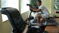 Bersepeda statis menjadi menu wajib selama terapi. (Bola.com/Arief Bagus)