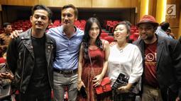 Sejumlah aktor dan aktris pemain sinema wajah Indonesia berjudul ' Lubang Tikus' hadir dalam gala premiere di Perpustakaan Nasional RI, Jakarta, Selasa (21/8). (Liputan6.com/Faizal Fanani)