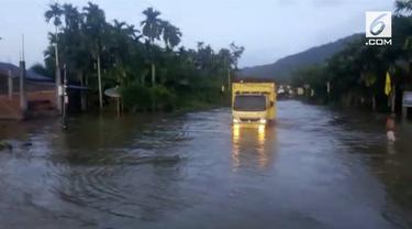 Lima kecamatan di Kabupaten Aceh Selatan hingga kini masih tergenang banjir yang cukup tinggi.