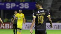 Pemain Sriwijaya FC, Hilton Moreira saat Gresik United pada laga Torabika SC2016 di Stadion Tridarma Gresik, Minggu (12/6/2016).  (Bola.com/Nicklas Hanoatubun)