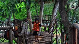 Seorang anak menikmati fasilitas Rumah Pohon di Taman Kebersihan 3, Cengkareng Barat, Jakarta, Rabu (22/1/2020). Dengan adanya rumah pohon ini menambah daya tarik pengunjung. (merdeka.com/Magang/Muhammad Fayyadh)