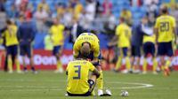 Bek Swedia, Victor Lindelof, tampak kecewa usai dikalahkan Inggris pada laga perempat final Piala Dunia di Samara Arena, Samara, Sabtu (7/7/2018). Inggris menang 2-0 atas Swedia. (AP/Matthias Schrader)