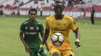 Gelandang Sriwijaya FC, Makan Konate, berusaha mengontrol bola saat melawan PSMS Medan pada perebutan tempat ketiga Piala Presiden di SUGBK, Jakarta, Sabtu (17/2/2018). PSMS kalah 0-4 dari Sriwijaya. (Bola.com/Vitalis Yogi Trisna)