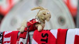 Seekor boneka kambing billy terlihat sebelum pertandingan antara FC Cologne vs RB Leipzig pada lanjutan Bundesliga divisi satu Jerman di Cologne (1/6/2020). Pertandingan yang digelar tanpa penontona akibat pandemi Covid-19 ben ini dimenangkan RB Leipzig dengan skor 4-2. (AFP/Ina Fassbender)