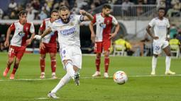 Karim Benzema menjadi bintang kemenangan Los Blancos berkat torehan hattrick nya pada menit ke-24, 46, dan 87. (Foto:AP/Manu Fernandez)