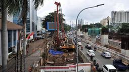 Suasana lokasi kebocoran pipa gas bumi di depan Kantor BNN, Jakarta, Selasa (13/3). Pipa gas bumi milik PGN tersebut bocor diduga akibat terkena proyek LRT saat pekerja melakukan pengeboran untuk pemasangan tiang pancang. (Merdeka.com/Iqbal S. Nugroho)