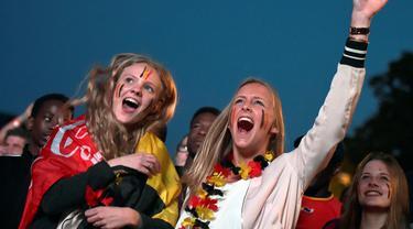 Fans Cantik Belgia merayakan kemenangan saat timnya  mengalahkan Hungaria pada babak 16 besar piala Eropa 2016 di Brussels, Belgia, (26/6/2016). (REUTERS/Eric Vidal)