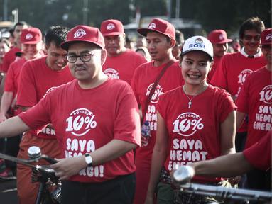 Menteri ESDM Sudirman Said berkampanye hemat energi 10 persen di Bundaran HI, Jakarta, Minggu (15/5). Kampanye  'Gerakan Potong 10 Persen' itu disuarakan melalui gerak jalan santai yang diselenggarakan pada car free day. (Liputan6.com/Faizal Fanani)