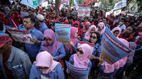 Peserta demo membawa spanduk tutuntan saat menggelar aksi unjuk rasa di depan kantor Kementerian BUMN, Jakarta, Senin (31/7). Mereka menuntut evaluasi terkait perpanjangan kerja sama pengelolaan dan pengoperasian pelabuhan. (Liputan6.com/Faizal Fanani)