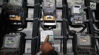 Pelanggan mengecek token listrik di Rusun Bendungan Hilir, Jakarta, Rabu (15/11). Dengan adanya penyederhaan tersebut, maka ada penambahan daya listrik pada pelanggan. (Liputan6.com/Angga Yuniar)