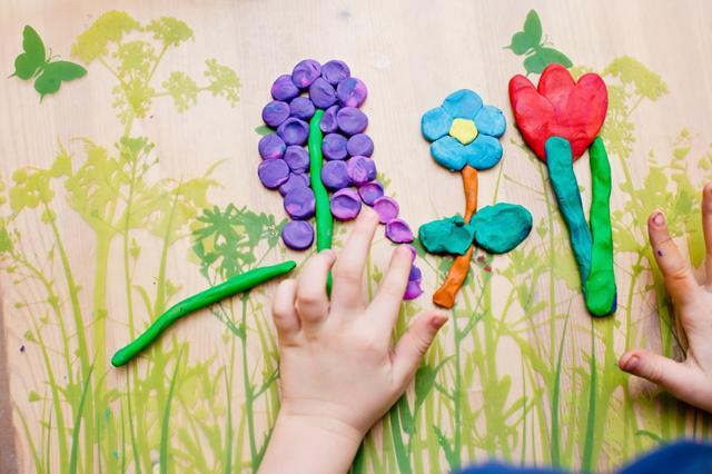 playdoh menjadi mainan yang bisa mengasah kemampuan kreativitas anak/copyright shutterstock.com