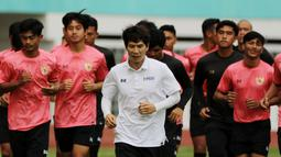Pelatih Timnas Indonesia U-19, Gong Oh-kyun, saat sesi latihan di Stadion Wibawa Mukti, Cikarang, Senin (13/1/2020). Sebanyak 51 pemain mengikuti seleksi untuk memperkuat skuat utama Timnas Indonesia U-19. (Bola.com/M Iqbal Ichsan)