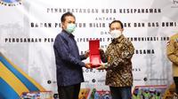 Direktur Enterprise & Business Service Telkom Edi Witjara  menyerahkan menyerahkan cindera mata kepada Kepala BPH Migas M. Fanshurullah Asa usai penandatanganan Nota  Kesepahamanan tentang Pemanfaatan Potensi Bersama antara Telkom dengan BPH Migas, yang  dilaksanakan di Bogor, Senin (2/3).