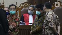 Tiga terdakwa kasus dugaan korupsi di PT Asuransi Jiwasraya dari kalangan pengusaha, Benny Tjokrosaputro, Heru Hidayat dan Joko Hartono Tirto (kiri ke kanan berdiri) saat menjalani sidang lanjutan di Pengadilan Tipikor Jakarta, Senin (6/7/2020). (Liputan6.com/Helmi Fithriansyah)