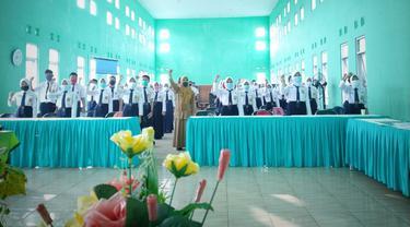 SMPN 1 Purwareja Klampok Selasa (15/6/2021) mengukuhkan puluhan siswanya menjadi duta literasi. (Foto: Clarissa Benita Yudianto untuk Liputan6.com)