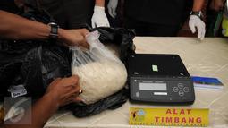 Petugas Polres Jakarta Barat menimbang narkotika jenis sabu saat rilis di Jakarta, Rabu (23/3/2016). Sat Narkoba Polres Jakarta Barat mengamankan satu tersangka berikut 16 kg sabu. (Liputan6.com/Helmi Fithriansyah)