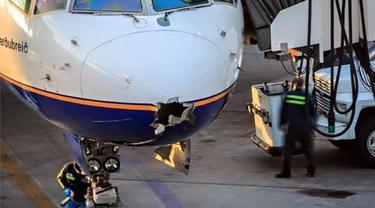 Bolong Tersambar Petir, Pesawat 'Ajaib' Bisa Mendarat