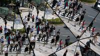 Pejalan kaki terlihat di langit-langit cermin di pusat perbelanjaan di Tokyo (11/6/2020). Cuaca panas terus berlanjut di wilayah metropolitan karena suhunya diperkirakan akan naik menjadi 31 derajat Celsius (87,8 derajat Fahrenheit), menurut biro meteorologi Jepang. (AP Photo/Eugene Hoshiko)