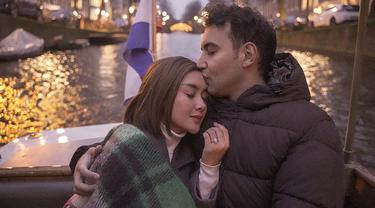 Cita Citata tak sungkan menunjukkan pose mesra dengan kekasih. Ia juga semakin terlihat dekat dengan Roy Geurts dan keluarganya. (Liputan6.com/IG/cita_citata)