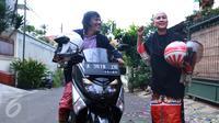 Ria Irawan dan Mayky Wongkar tiba di kediamannya di Lebak Bulus, Jakarta, Jumat (23/12). Setelah 17 tahun menjanda, Ria menikah untuk kedua kalinya dengan asistennya sendiri. (Liputan6.com/Herman Zakharia)