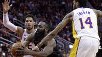 Pemain Houston Rockets, James Harden (13) mencoba melewati adangan dua pemain Lakers pada lanjutan NBA basketball game di Toyota Center, Houton, (31/12/2017). Rockets menang 148-142. (AP/Michael Wyke)