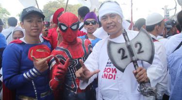 Sejumlah pendukung pasangan capres dan cawapres nomor urut 02, Prabowo Subianto dan Sandiaga Uno mengenakan kostum superhero saat mengikuti kampanye akbar di Stadion Gelora Bung Karno, Jakarta, Minggu (7/4/2019). (Liputan6.com/Herman Zakharia)