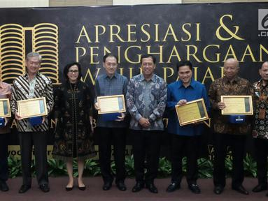 Menkeu Sri Mulyani foto bersama pengusaha besar yang menerima penghargaan antara lain Raden Eddy Kusnadi Sariaatmadja, Anthoni Salim, Sofjan Wanandi, Arifin Panigoro, dan Erick Thohir, Jakarta, Selasa (13/3). (Liputan6.com/Pool/Ditjen Pajak)