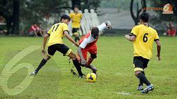 Patrick Dimbala (tengah) dijegal di kotak terlarang oleh pemain Urakan FC saat mencoba masuk ke jantung pertahanan Urakan FC (Liputan6.com/Helmi Fithriansyah).