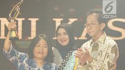 "Penyandang tunanetra Tini Kasmawati saat meraih penghargaan ajang Liputan6 Awards di Jakarta, Sabtu (25/5/2019). Liputan6 Awards 2019 bertajuk ""Untukmu Indonesia merupakan program bakti kepada Indonesia sebagai bentuk kontribusi untuk bangsa terkait perdamaian. (Liputan6.com/Immanuel Antonius)"