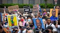 Orang-orang berbaris untuk memperingati satu tahun kematian George Floyd pada 23 Mei 2021, di Minneapolis, Minnesota. (Foto: AP / Christian Monterrosa)