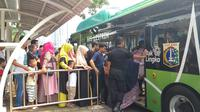 Warga antusias menjajal bus listrik Transjakarta di Monas.