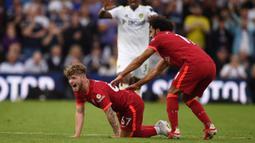 Pemain berusia 18 tahun itu terkapar di tengah lapangan usai kaki kirinya mendapat tekel keras dari pemain Leeds United,Pascal Struijk pada menit ke-57. (Foto:AFP/Oli Scarff)