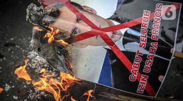 Massa dari berbagai elemen ormas Islam menginjak dan membakar poster Presiden Prancis Emmanuel Marcon di kawasan Sarinah, Jakarta, Senin (2/11/2020). Demonstrasi ini untuk mengecam Emanuel Macron atas pernyataannya yang dinilai telah menghina Islam dan Nabi Muhammad SAW. (Liputan6.com/Faizal Fanani)