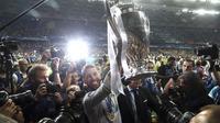 Kapten Real Madrid, Sergio Ramos, merayakan gelar juara Liga Champions ke-13 usai mengalahkan Liverpool di Stadion Olimpiyskiy, Kiev, Sabtu (26/5/2018). Madrid menang 3-1 atas Liverpool. (AP/Sergei Grits)