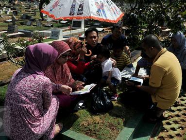TPU Karet Bivak ramai dikunjungi para peziarah, Jakarta, Sabtu (18/7/2015). Ziarah kubur usai Lebaran telah menjadi tradisi di beberapa daerah di Indonesia. (Liputan6.com/Johan Tallo)