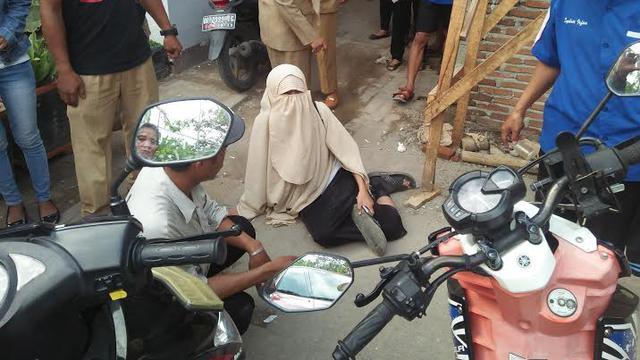 Disuruh Buka Cadar Wanita Makassar Ini Menangis Sambil Ngesot